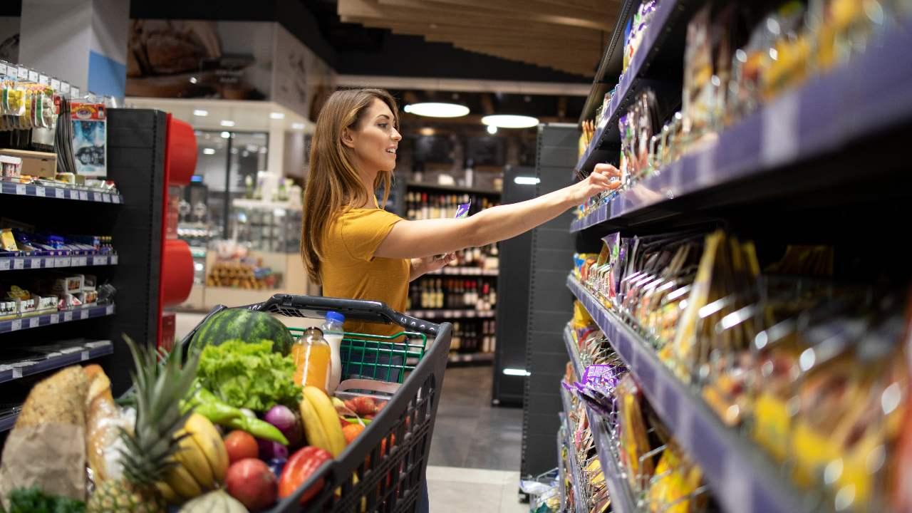mujeres alimentos supermercado