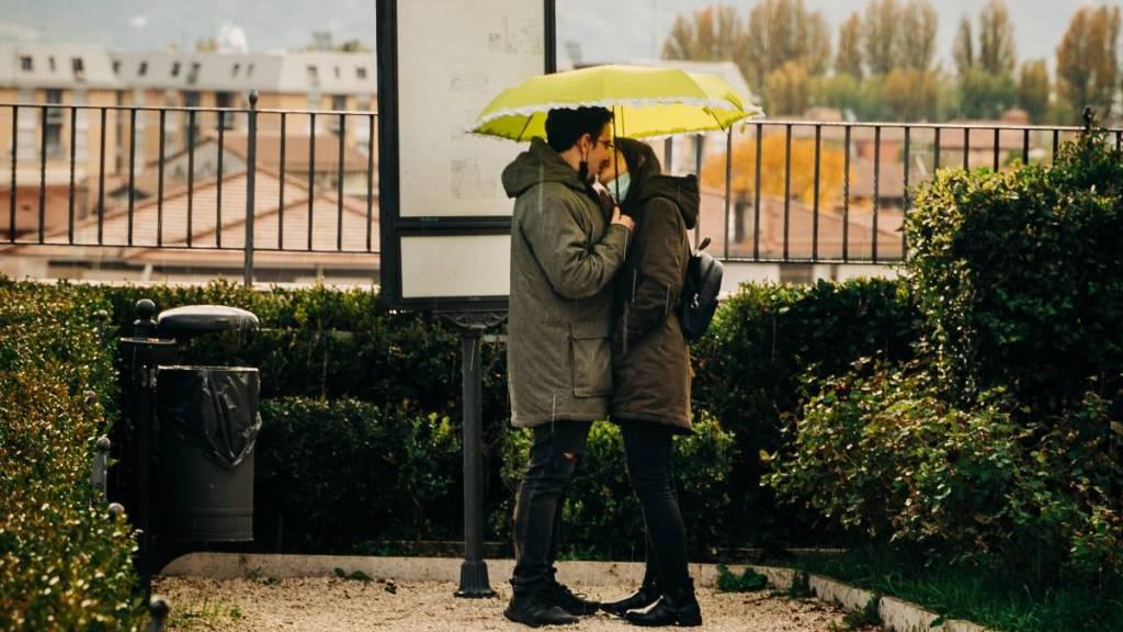 parejas felices en pandemia covid-19