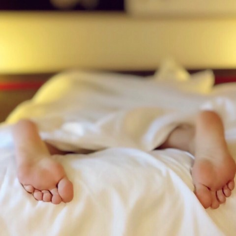 dormir con calcetines significado para la salud