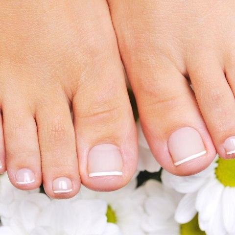 como quitar uñas amarillas de los pies por que se ponen de ese color