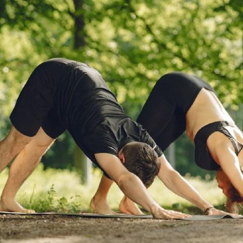 posturas de yoga para eliminar toxinas del cuerpo