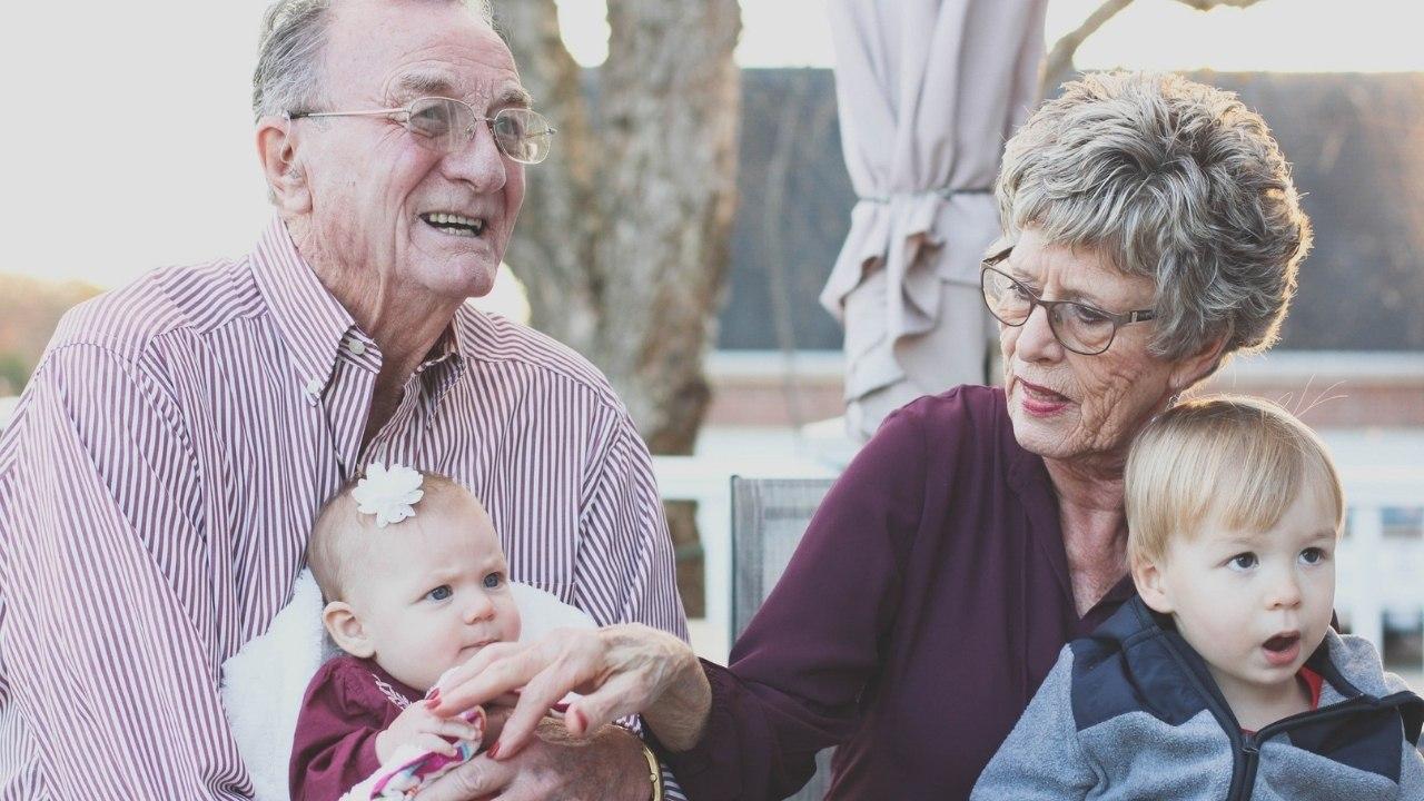 es bueno que abuelos cuiden a sus nietos