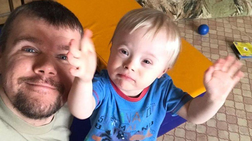 Evgeny Anisimov hombre ruso cria hijo con sindrome de down amor de papá