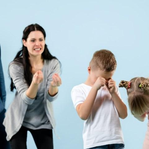 mamás que explotan con sus hijos berrinchudas