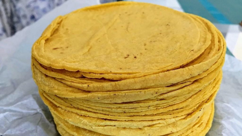 tortillitas de maíz bien calientitas recién salidas de la tortillería