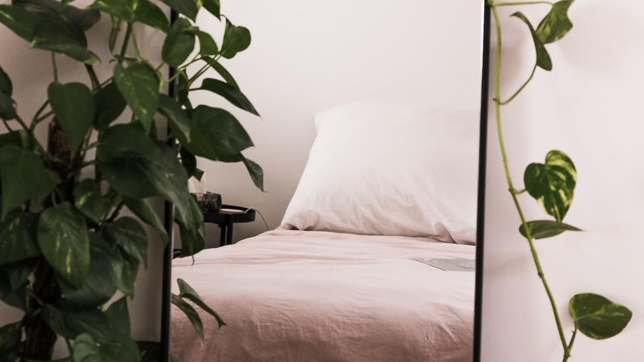 Por qué es malo dormir frente a un espejo? Esto dice el Feng Shui - Viviendo En Casa