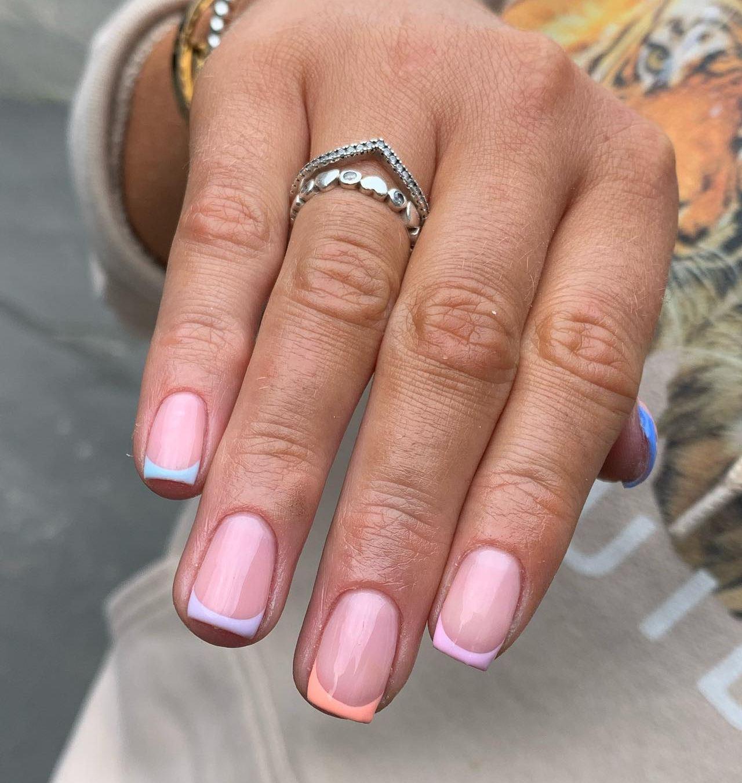 diseño de uñas frances en tonos pastel