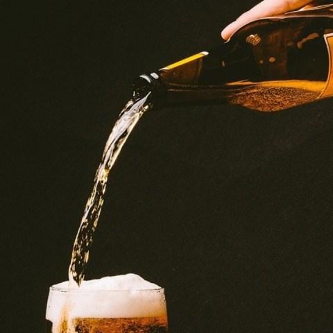 si la cerveza te inflama debes aprender a servirla correctamente