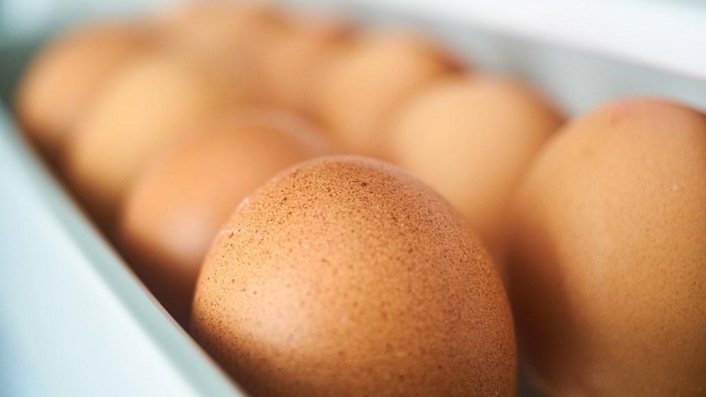 por qué NO debes poner los huevos en la puerta del refrigerador