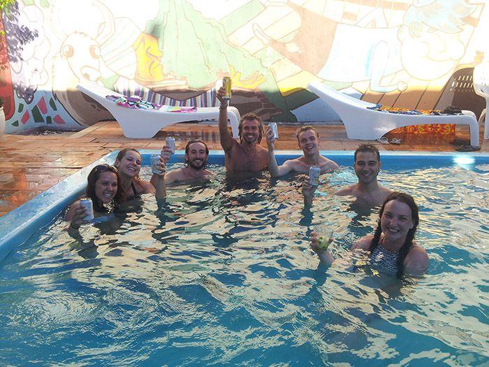 Fiesta en la piscina del hostel