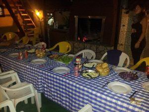 Barbacoa nocturna en el hostel