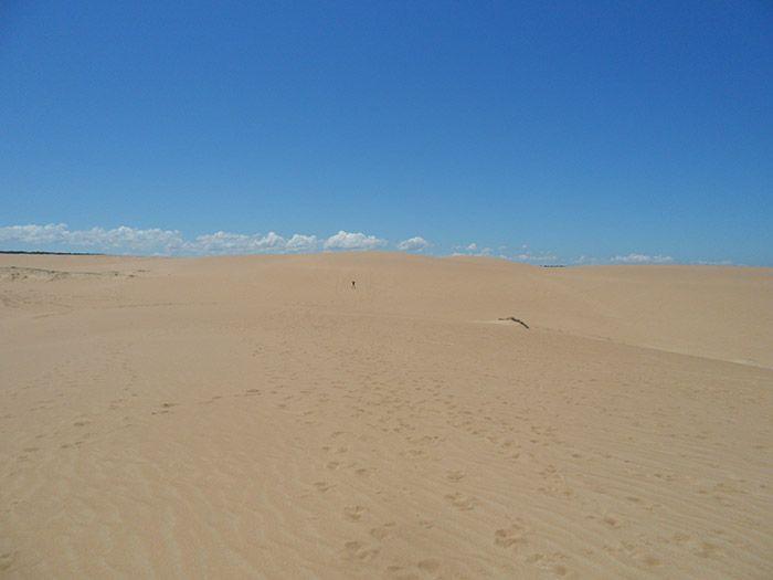 El puntito negro que se ve al fondo de las dunas ¡es Ivan!
