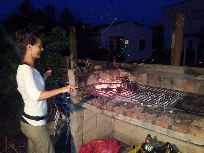 Erika haciendo ver que hacia ella el fuego... jejejeje