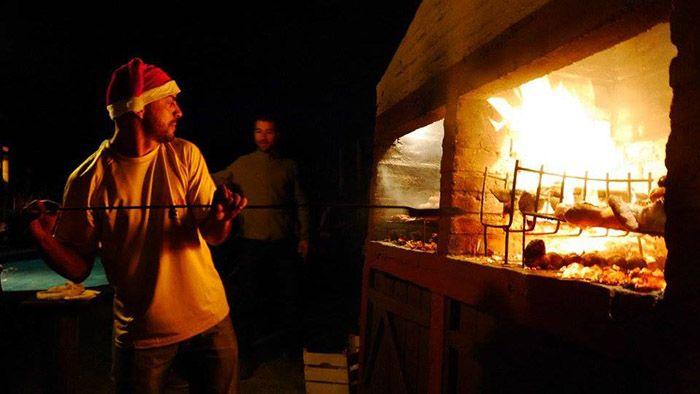 Sebas, el dueño del hostel preparando el asado
