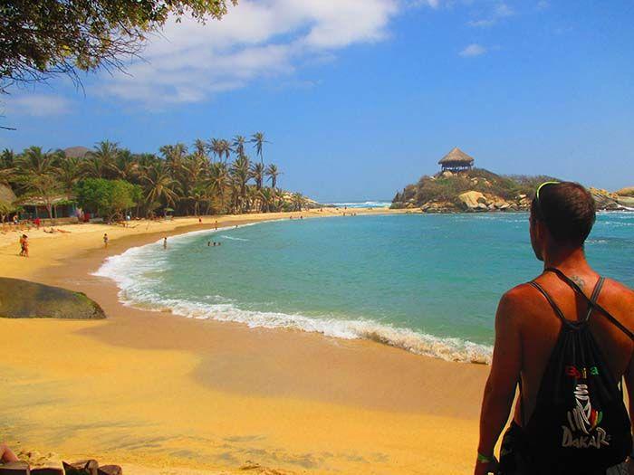 Imagen típica de Tayrona, con el Cabo San Juan al fondo, que separa las dos playas.