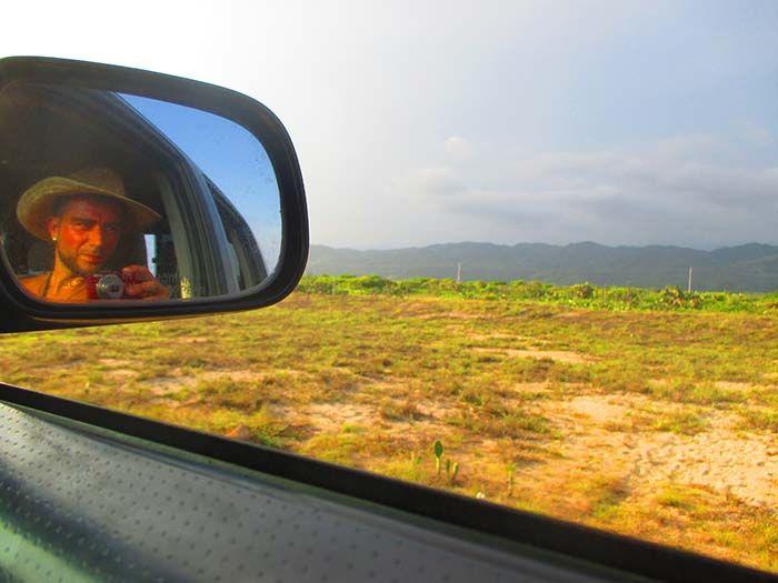 Ivan en la camioneta de Steve, de camino a cortar cactus
