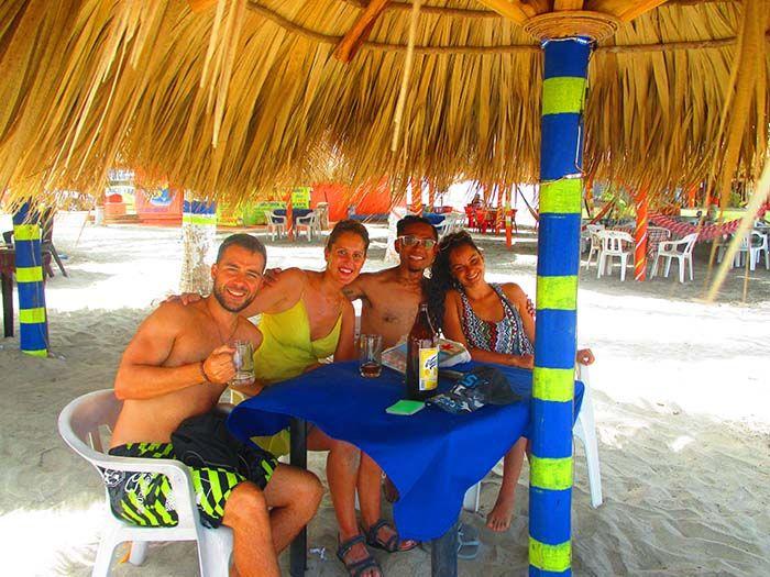Tomando algo con Camille y Homer en playa Zicatela en Puerto Escondido