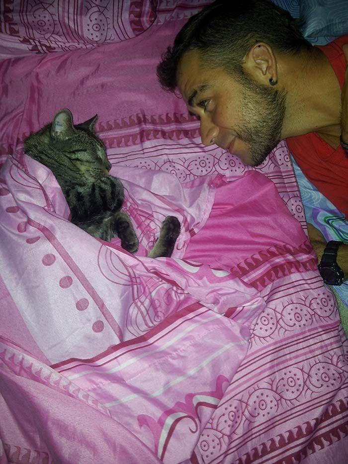 ¡Nos encanta que Mango duerma con nosotros!