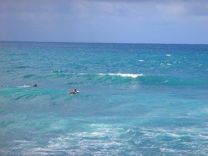 Ivan, apunto de coger su primera ola en Hawaii