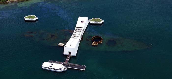Vista aérea de los restos del buque USS Arizona, hoy una de las atracciones de Pearl Harbor.