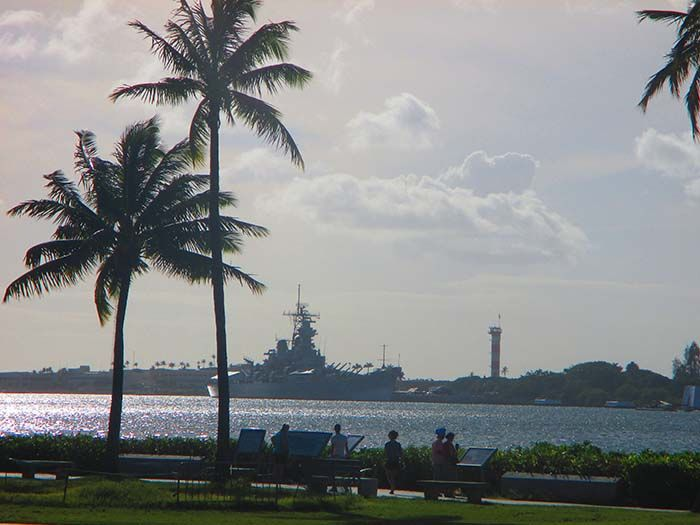 El barco que se ve a lo lejos es el Battleship Missouri, modelo utilizado por los americanos en tres guerras.
