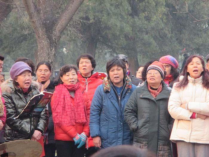 Dentro del recinto del Templo del cielo se reúnen los locales para cantar juntos canciones tradicionales