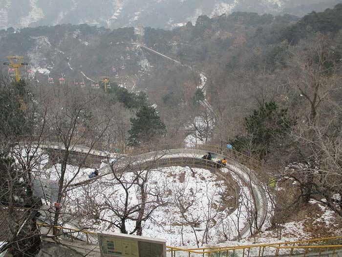 Pekín. Tobogán por el que puedes bajar de la Muralla China