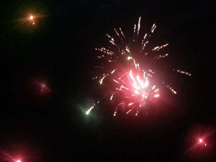 Espectáculo inolvidable de fuegos artificiales en la playa de Kuta