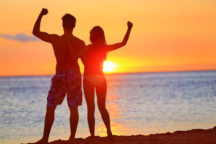 17 ejercicios para hacer en la playa con el peso de tu novia