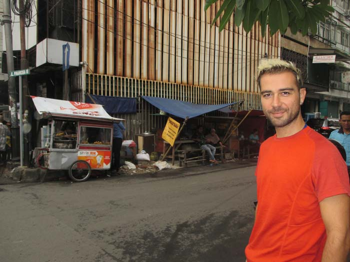 Detrás de Ivan están los puestecitos de comidas baratos dónde terminamos comiendo todos los días :)