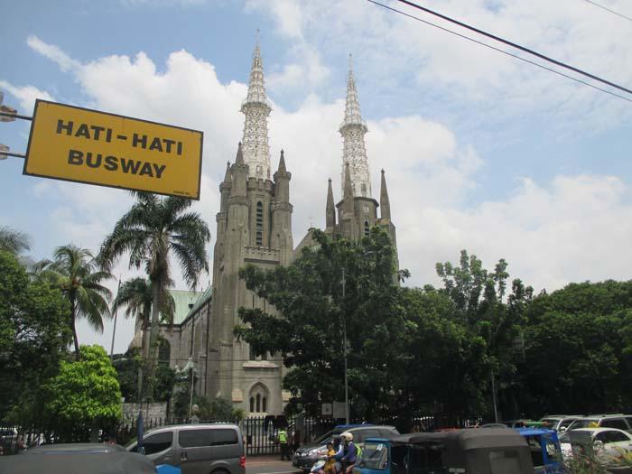 Iglesia cristiana que hay justo enfrente de la mezquita Masjid Istiqlal