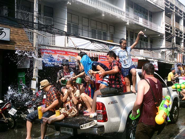 Vive las celebraciones del budismo con la fiesta del agua en Tailandia