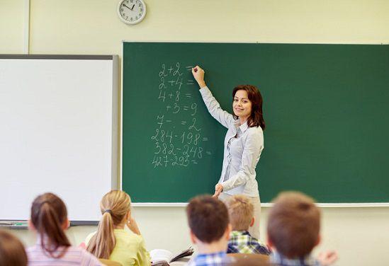 Trabajar por el mundo profesor dando clases