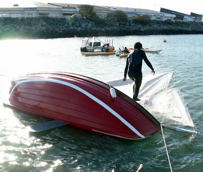 """Cet équipier """"marche"""" sur le mât pour être sûr que le bateau ne chavire pas plus"""