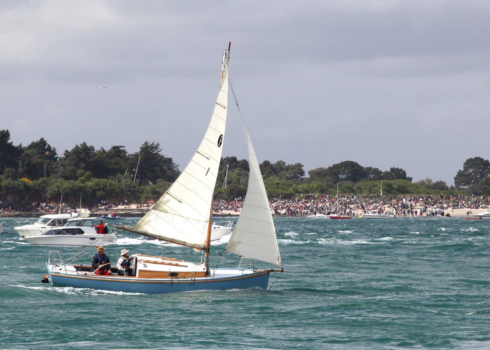 Pen-Hir entre dans le Golfe du Morbihan pour la grande parade. Photo Loïc Madeline