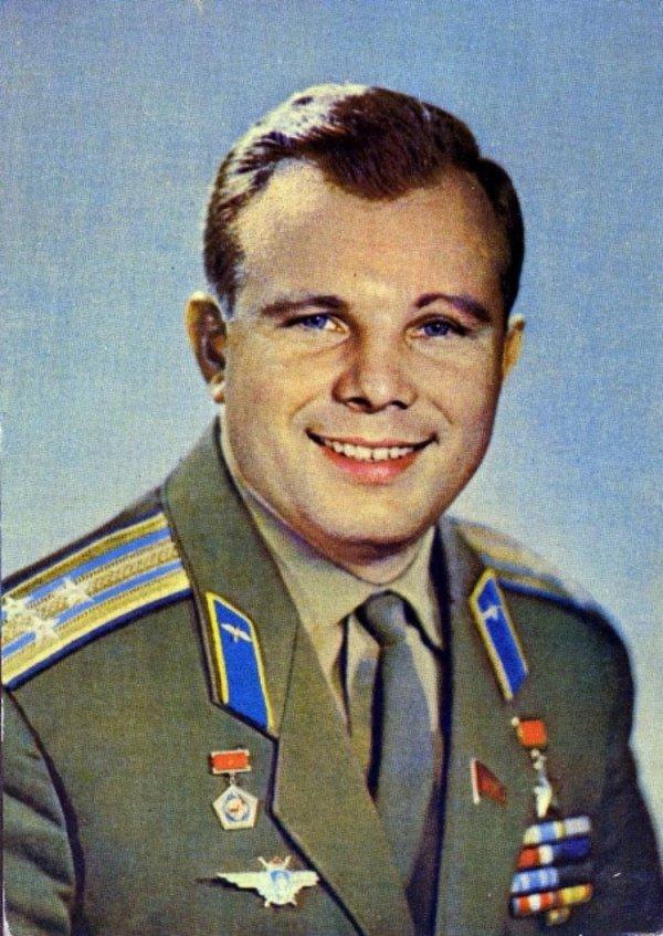 Художники-энтузиасты сделали портрет Гагарина на льду ...