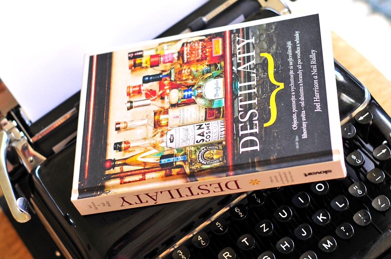 kniha destiláty písací stroj