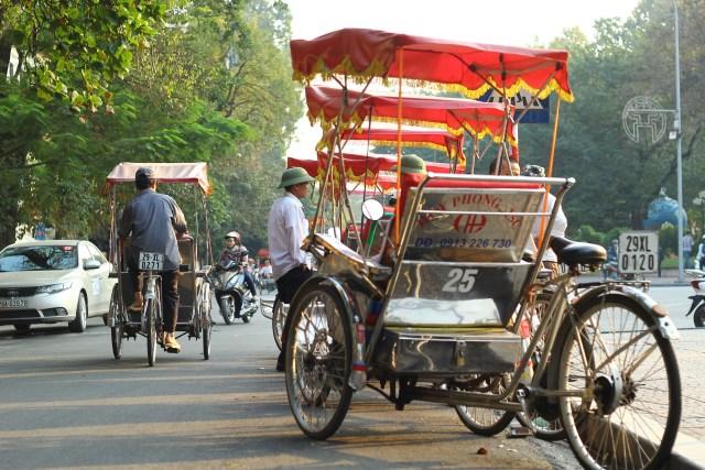 xích lô - phương tiện đi lại phổ biến khi du lịch Hà Nội