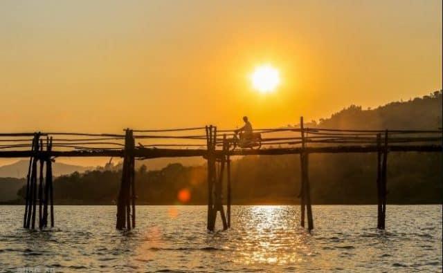 Hoàng hôn thơ mộng nhìn từ cầu thật đẹp làm sao (ẢNH ST)