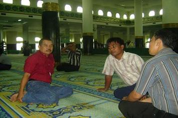 Hukum Membicarakan Urusan Dunia di Masjid