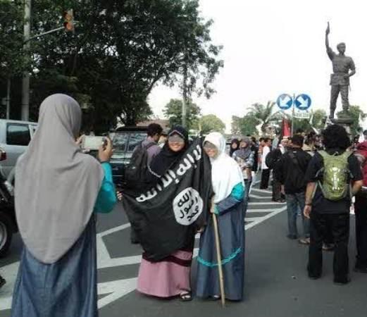 LUIS: Membakar Bendera ISIS Sikap Phobia, Emosional dan Irrasional