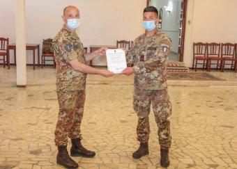 3. Il Vice comandante della Brigata Aosta consegna gli attestati finali