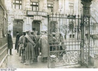 Soldaţi bulgari în Bucureştiul ocupat, în curtea Guvernământului Imperial german.