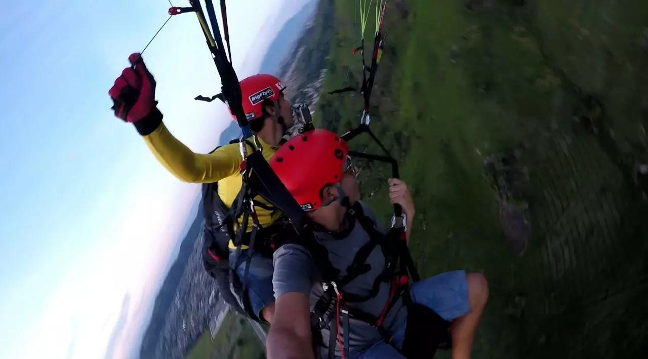 Manobra radical voo de parapente em Paciência RJ, rampa Rio Rural