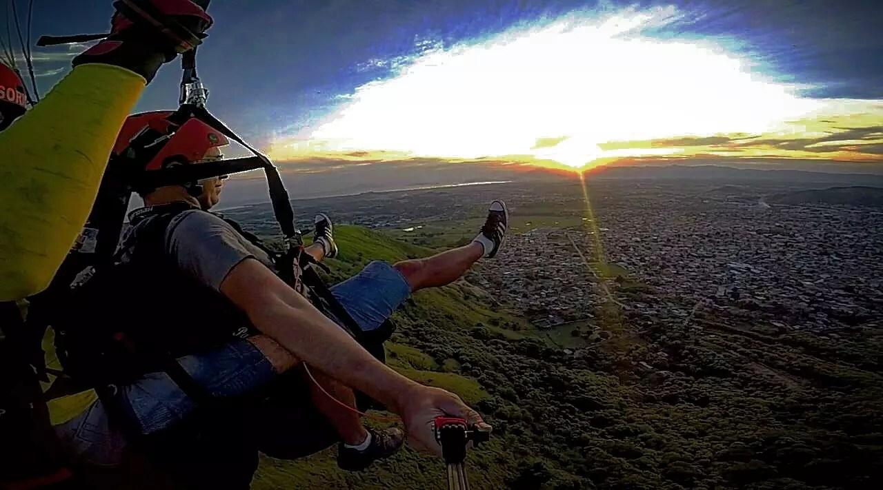 Vista do por do sol voando de parapente em Paciência RJ, Zona Oeste do Rio