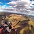 Piloto Monstrinho voando na Serra da Moeda MG, acima de outros parapentes