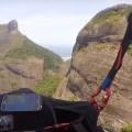 Voo em São Conrado mostrando instrumentos de voo e a Pedra da Gávea ao fundo