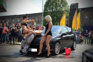 Gehört einfach dazu: Der Sexy-Carwash! (Foto: Hell)