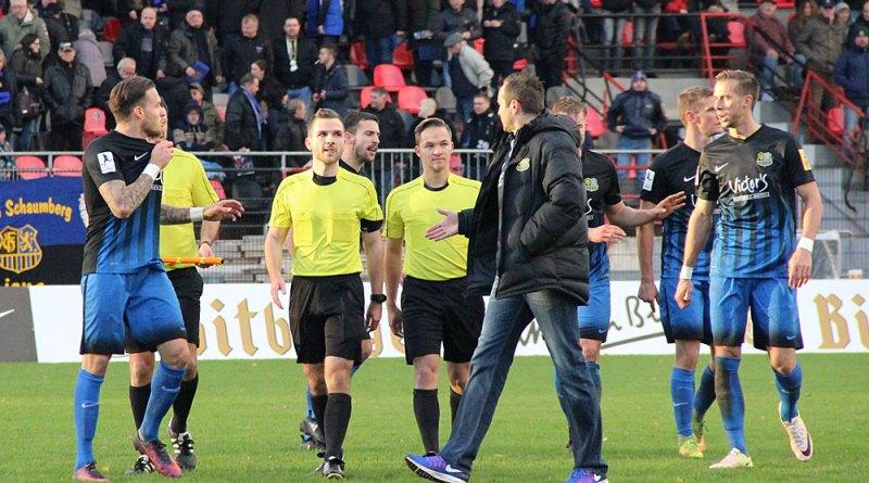 Dirk Lottner zeigt sich sportlich, reicht dem Schiedsrichtergespann trotz Fehlentscheidungen nach dem Spiel die Hand und beruhgt die erhitzten Gemüter seiner Spieler (Foto: Hell)