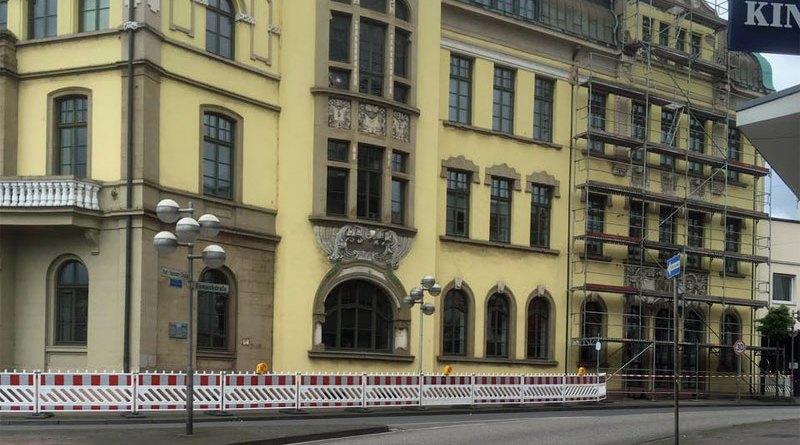 Die Fassade des Rathauses wird untersucht (Leserfoto)